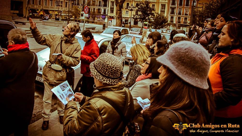 Un grupo atiende las historias y leyendas que cuenta nuestro historiador Paco Juez sobre la Casa de las Siete Chimeneas