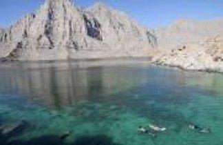 Omán. Navegando en kayak por los fiordos de Omán